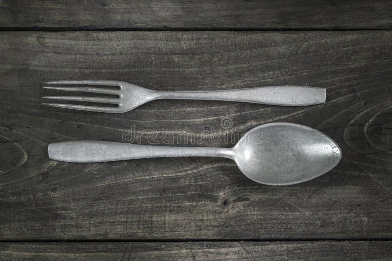 Παλαιά μαχαιροπήρουνα στον ξύλινο πίνακα στοκ φωτογραφίες
