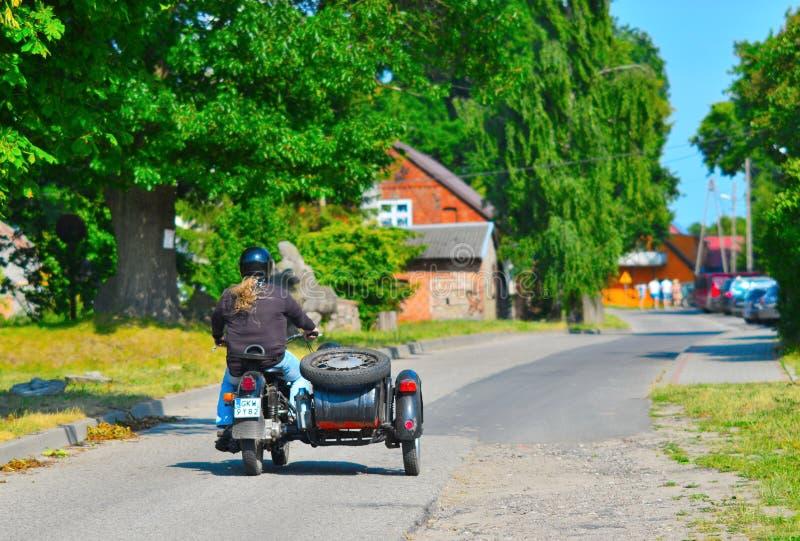 Παλαιά μοτοσικλέτα με μια καρότσα στοκ φωτογραφίες