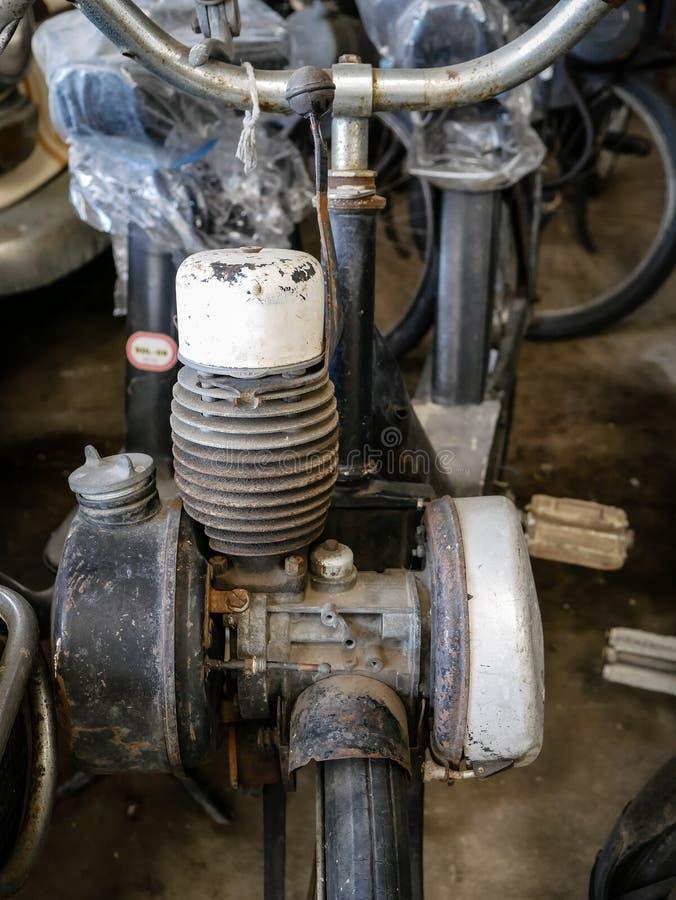 Παλαιά μοτοσικλέτα, μοτοποδήλατο και μηχανικό δίκυκλο, εκλεκτής ποιότητας υπόβαθρο στοκ εικόνες