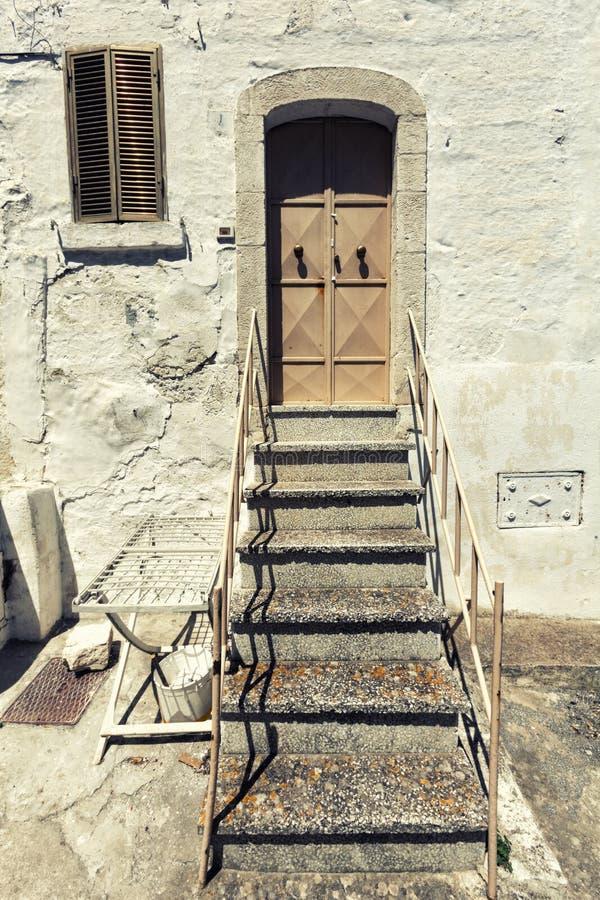 Παλαιά μπροστινή πόρτα και σκαλοπάτια σπιτιών Εκλεκτής ποιότητας ιταλική σκηνή στοκ εικόνες