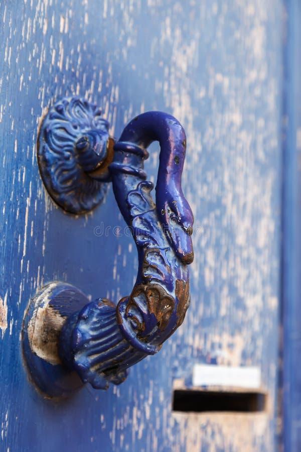 Παλαιά μπλε λαβή πορτών στοκ εικόνες