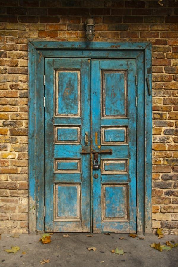 Παλαιά μπλε πόρτα Grunge στοκ φωτογραφία