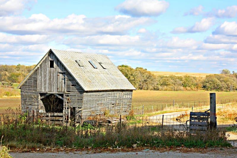 Παλαιά ξύλινα εγκαταλειμμένα αγροτικό κτήριο και τοπίο στοκ εικόνες