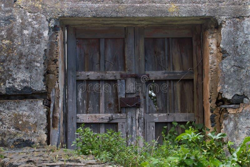 Παλαιά ξύλινα καλώδια πορτών ή πυλών και μετάλλων της οξυδωμένης κλειδαριάς Έξω από το σπίτι, χωριό, όλα μπαίνουν σε την ερείπωση στοκ εικόνα με δικαίωμα ελεύθερης χρήσης