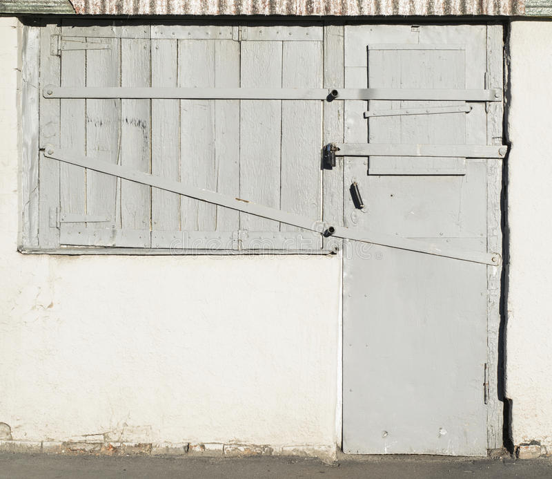 Παλαιά ξύλινα πόρτες και παράθυρα με τις παρεμβολές μετάλλων στοκ εικόνες
