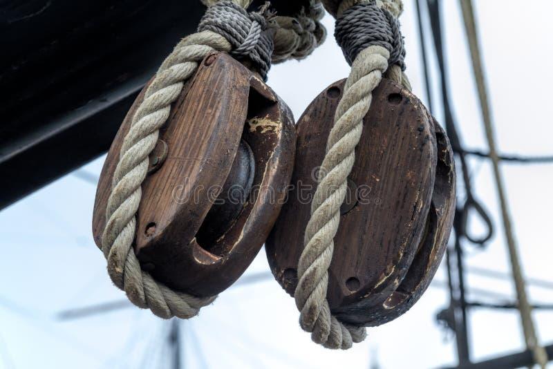 Παλαιά ξύλινα τροχαλίες και σχοινί φραγμών στοκ φωτογραφία με δικαίωμα ελεύθερης χρήσης