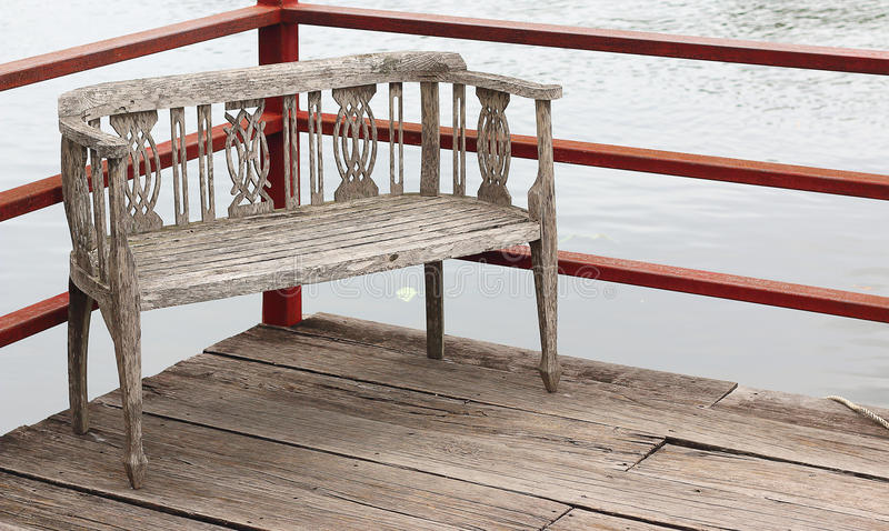 Παλαιά ξύλινη αποβάθρα με τις ξύλινες καρέκλες επίσης στοκ εικόνες με δικαίωμα ελεύθερης χρήσης