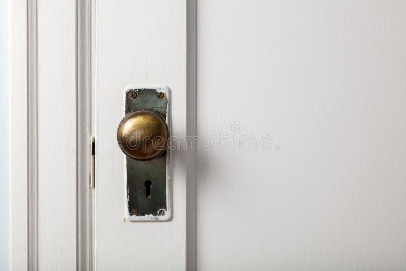 Παλαιά ξύλινη πόρτα με το εξόγκωμα πορτών στοκ φωτογραφία με δικαίωμα ελεύθερης χρήσης