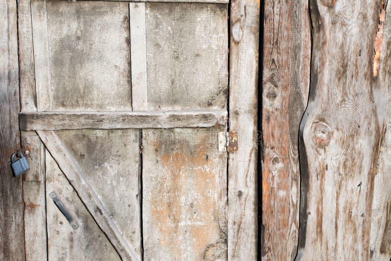 Παλαιά ξύλινη πόρτα σιταποθηκών με την κλειδαριά στοκ φωτογραφίες με δικαίωμα ελεύθερης χρήσης