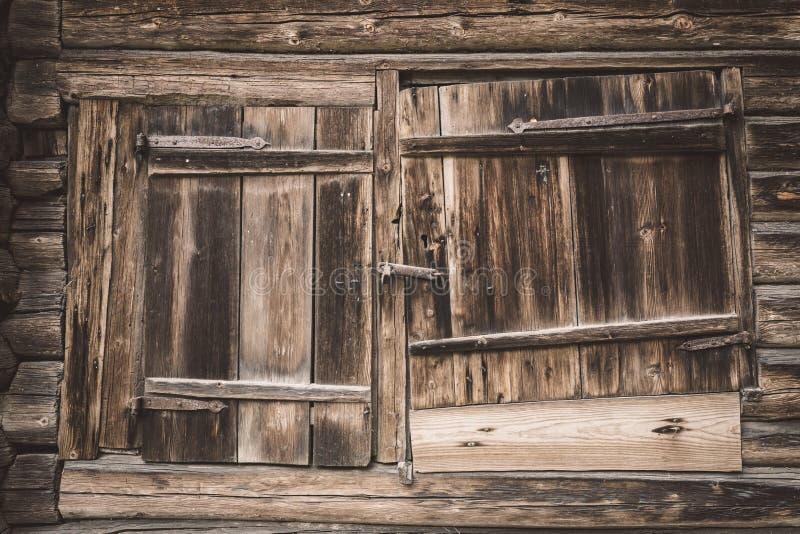 Παλαιά ξύλινη πόρτα σιταποθηκών στοκ φωτογραφία
