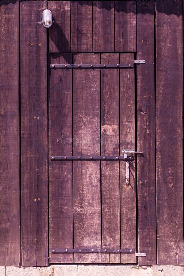Παλαιά ξύλινη πόρτα σιταποθηκών στοκ εικόνες με δικαίωμα ελεύθερης χρήσης