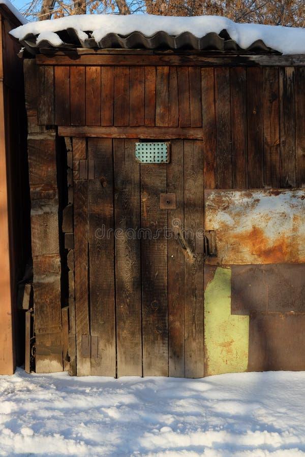 Παλαιά ξύλινη πόρτα σιταποθηκών στοκ φωτογραφία με δικαίωμα ελεύθερης χρήσης