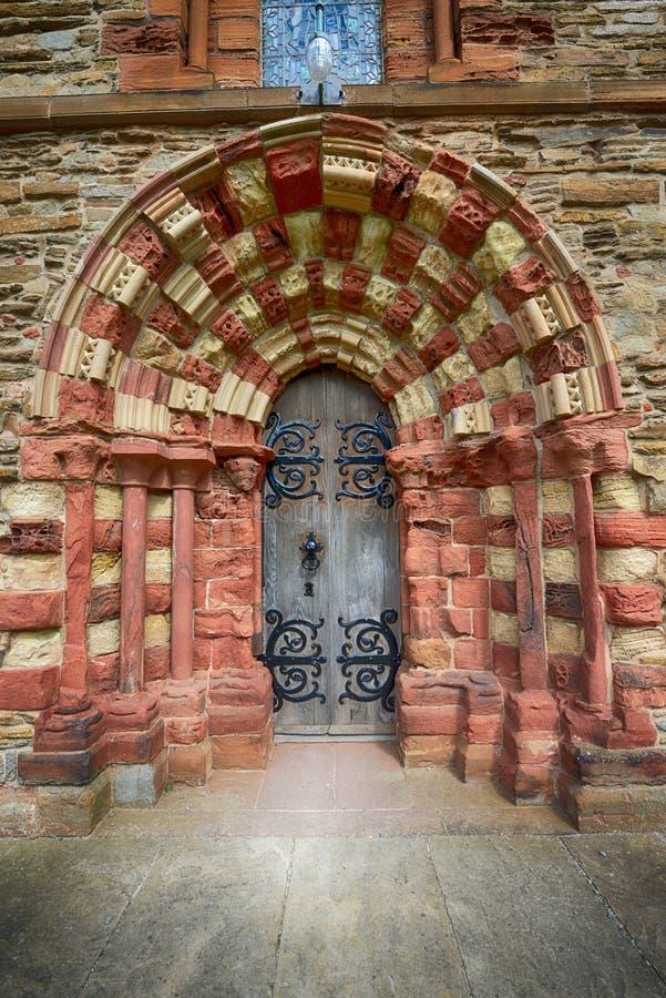 Παλαιά ξύλινη πόρτα στον καθεδρικό ναό Kirkwall στοκ εικόνα