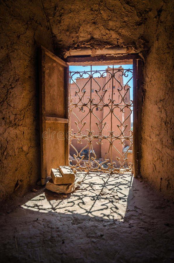 Παλαιά ξύλινη πόρτα στο αρχαίο μαροκινό kasbah Ait στην πόλη αργίλου benhaddou στο Μαρόκο στοκ εικόνες