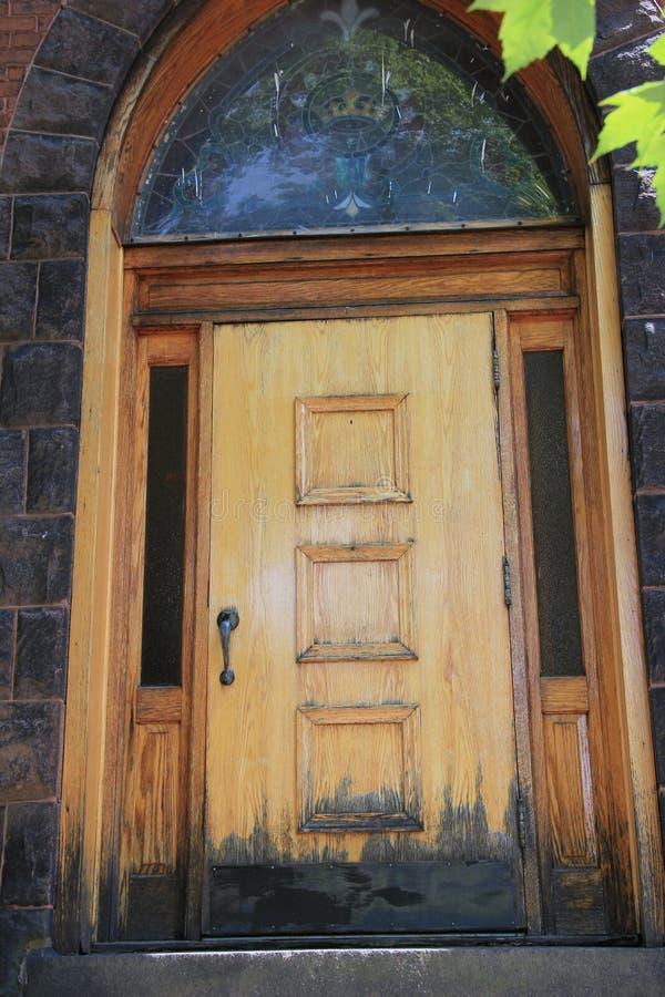 Παλαιά ξύλινη πόρτα στο κτήριο πετρών στοκ φωτογραφίες με δικαίωμα ελεύθερης χρήσης