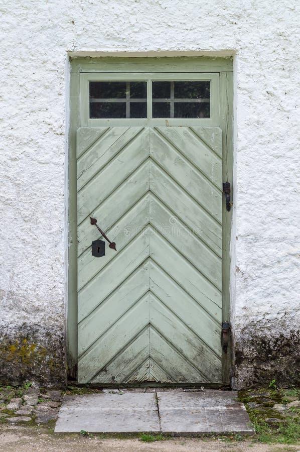 Παλαιά ξύλινη πόρτα στο συμπαγή τοίχο στοκ εικόνα με δικαίωμα ελεύθερης χρήσης