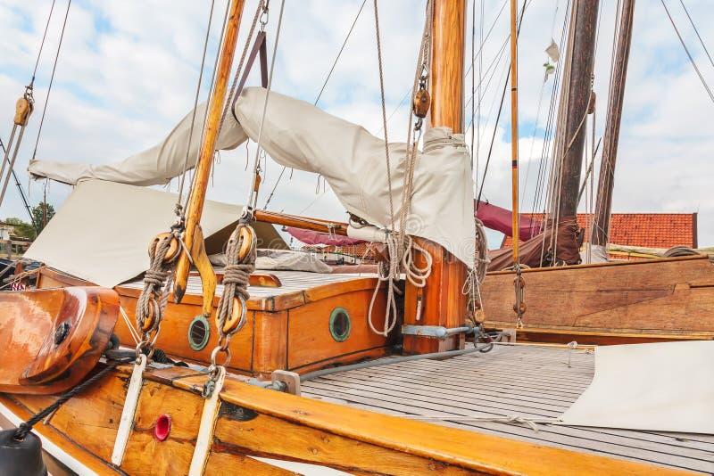 Παλαιά ξύλινη πλέοντας βάρκα στις Κάτω Χώρες στοκ εικόνες