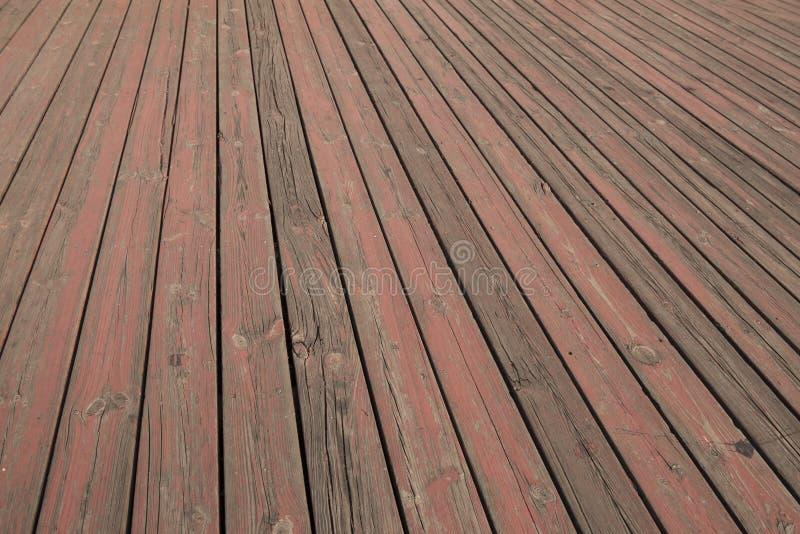 παλαιά ξύλινη σύσταση πατωμάτων, χτυπημένο δάπεδο πινάκων λουρίδων ξύλινο, σιτάρι ξύλινο floorboard με ξεφλουδισμένος από το κόκκ στοκ φωτογραφίες με δικαίωμα ελεύθερης χρήσης