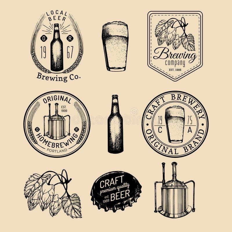 Παλαιά λογότυπα ζυθοποιείων καθορισμένα Αναδρομικά σημάδια μπύρας της Kraft με σκιαγραφημένα το χέρι γυαλί, το βαρέλι κ.λπ. Διανυ διανυσματική απεικόνιση