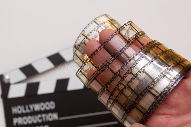 Παλαιά λουρίδα ταινιών στο ανθρώπινο χέρι στοκ εικόνα