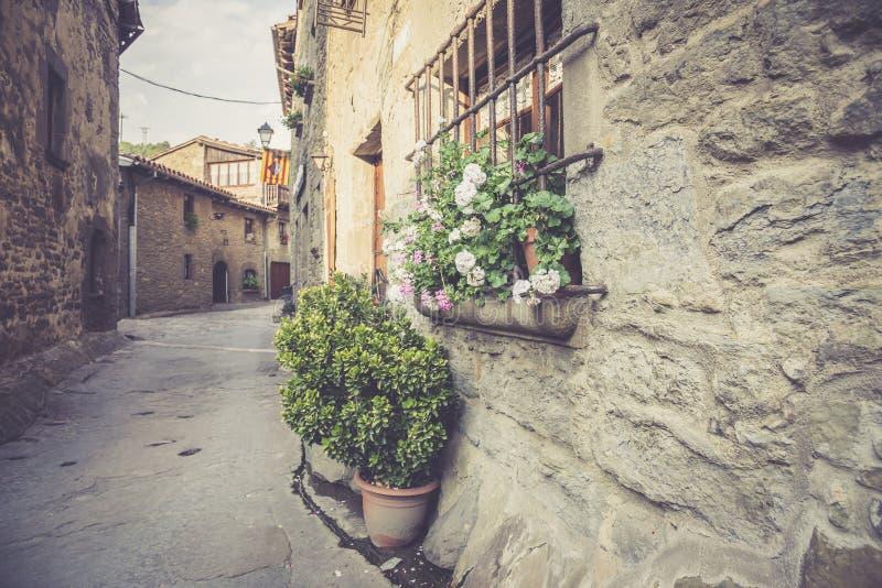 Παλαιά οδός στο μεσαιωνικό καταλανικό χωριό στοκ εικόνες