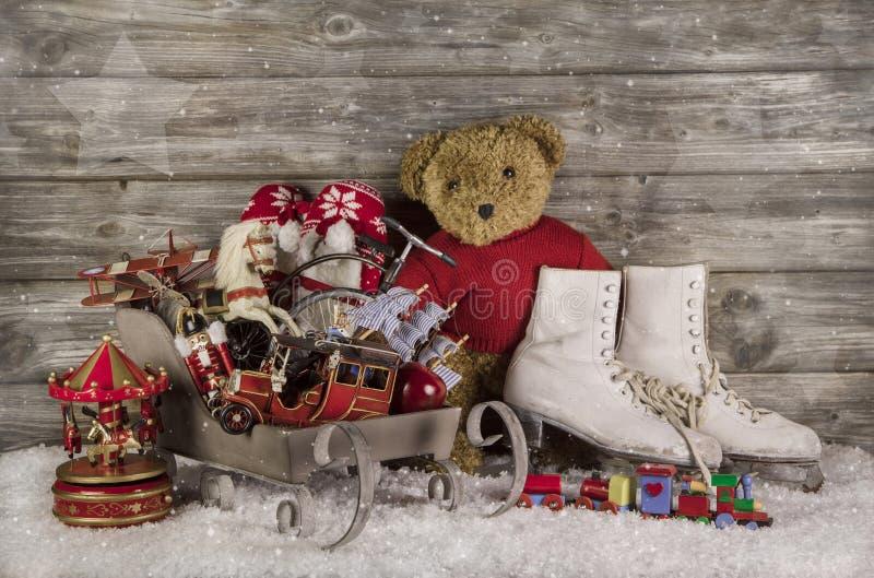 Παλαιά παιχνίδια παιδιών στο ξύλινο υπόβαθρο για τη διακόσμηση Χριστουγέννων στοκ φωτογραφία με δικαίωμα ελεύθερης χρήσης
