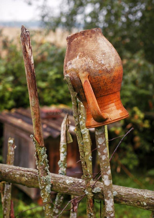 Παλαιά παραδοσιακή ουκρανική κανάτα αργίλου στο φράκτη στοκ φωτογραφία