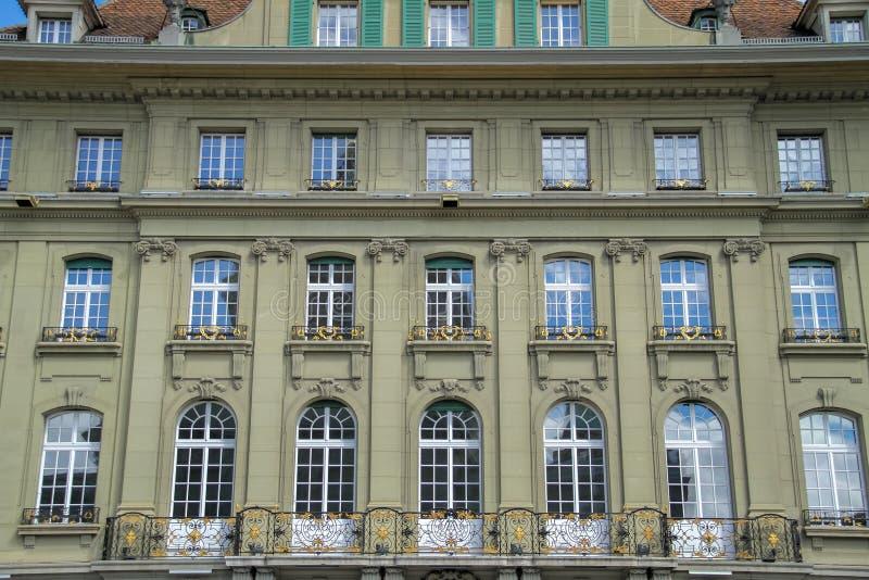Παλαιά παλαιά μπαλκόνια οικοδόμησης με τα παράθυρα στοκ φωτογραφία