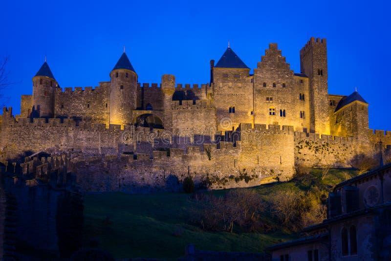Παλαιά περιτοιχισμένη ακρόπολη τη νύχτα Carcassonne Γαλλία στοκ εικόνα