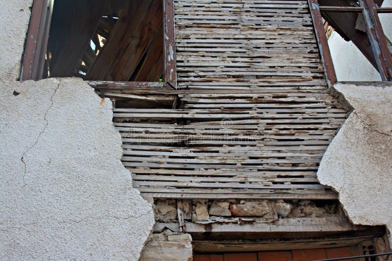 Παλαιά πηχάκι και ασβεστοκονίαμα στο εγκαταλελειμμένο κτήριο στοκ εικόνα