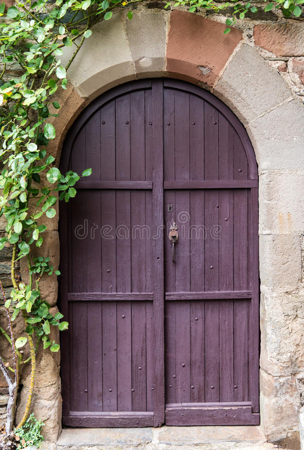 Παλαιά πορφυρή πόρτα στοκ εικόνα με δικαίωμα ελεύθερης χρήσης