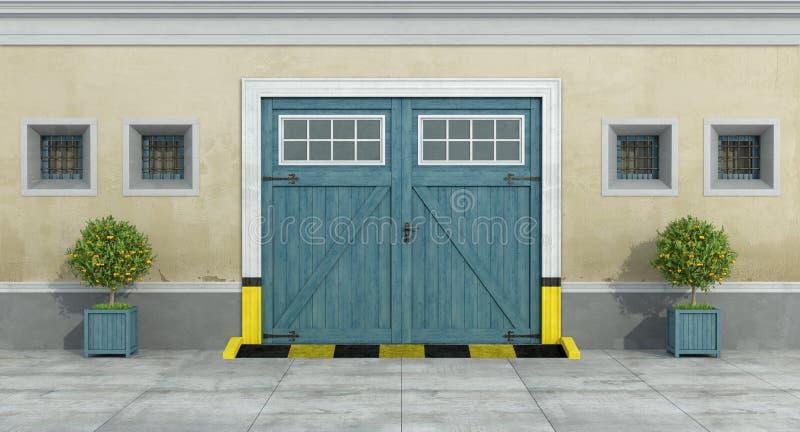 Παλαιά πρόσοψη με το μπλε ξύλινο γκαράζ αυτοκινήτων ελεύθερη απεικόνιση δικαιώματος