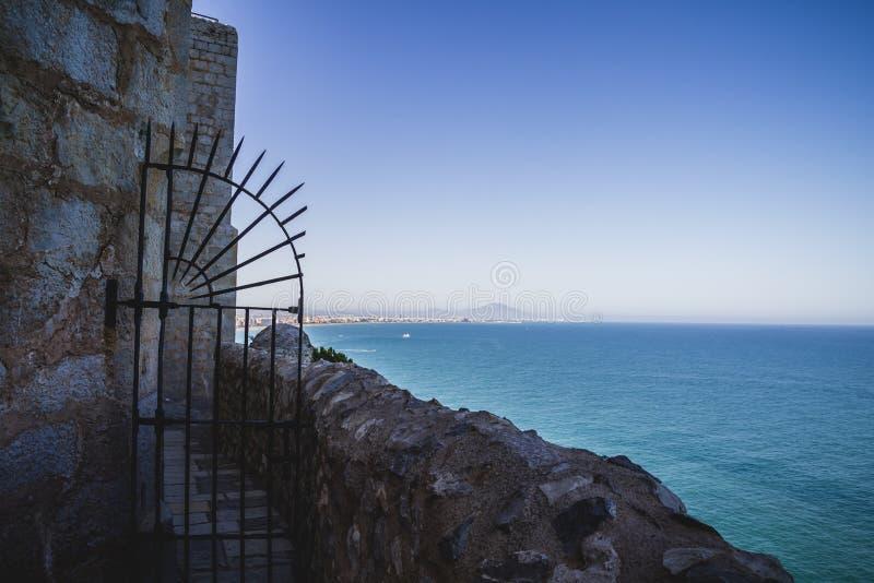 Παλαιά πόρτα, απόψεις penyscola, όμορφη πόλη της Βαλένθια στην Ισπανία στοκ φωτογραφία με δικαίωμα ελεύθερης χρήσης