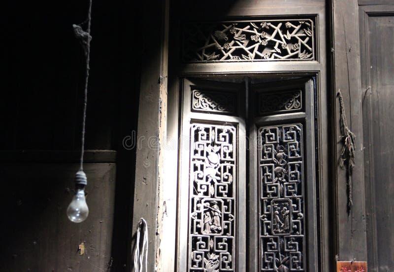 Παλαιά πόρτα ενός κινεζικού παραδοσιακού σπιτιού στοκ φωτογραφίες