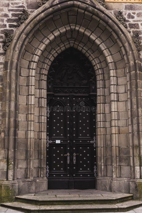 Παλαιά πόρτα κάστρων oval-shaped μεταξύ της δύσκολης τεκτονικής στοκ φωτογραφία με δικαίωμα ελεύθερης χρήσης