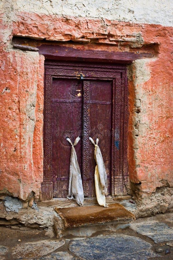 Παλαιά πόρτα στο βουδιστικό ναό μοναστηριών στοκ εικόνες