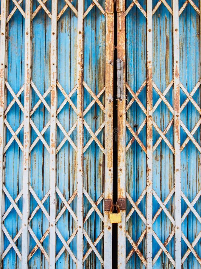 Παλαιά πόρτα χάλυβα του υποβάθρου στοκ εικόνες