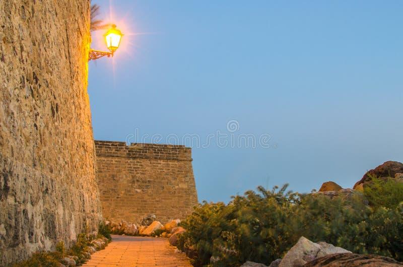 Παλαιά πόλη Alghero, Σαρδηνία, Ιταλία τη νύχτα στοκ εικόνες με δικαίωμα ελεύθερης χρήσης