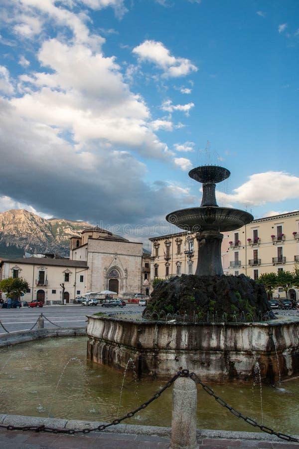 Παλαιά πόλη Sulmona στην περιοχή βουνών του Abruzzo στοκ εικόνα