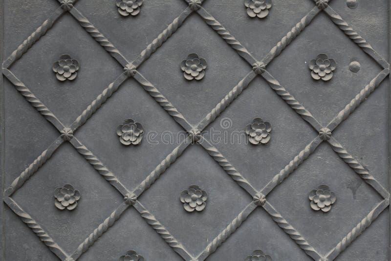 Παλαιά πύλη μετάλλων που καλύπτεται με το floral σχέδιο παλαιό παράθυρο σύστασης λεπτομέρειας ανασκόπησης ξύλινο στοκ εικόνες με δικαίωμα ελεύθερης χρήσης