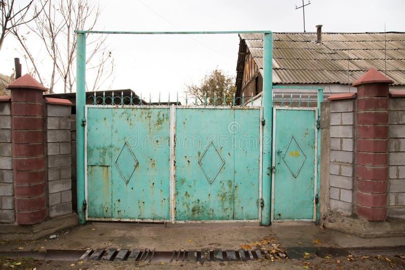 Παλαιά πύλη σιδήρου ως σκηνικό στοκ φωτογραφία
