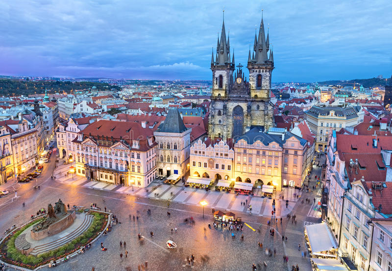 Παλαιά πλατεία της πόλης το βράδυ, Πράγα στοκ εικόνα