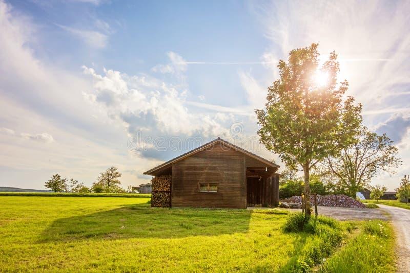 Παλαιά σιταποθήκη κοντά στο αγρόκτημα στο ηλιοβασίλεμα στοκ εικόνες με δικαίωμα ελεύθερης χρήσης