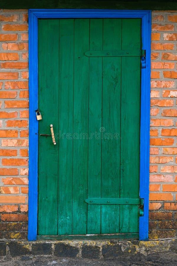 Παλαιά σιταποθήκη με τις ξύλινες πόρτες του πράσινου χρώματος στοκ εικόνες με δικαίωμα ελεύθερης χρήσης