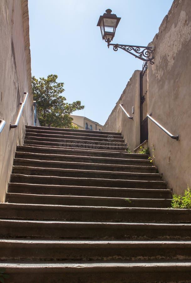 Παλαιά σκαλοπάτια στις οδούς Alghero στοκ φωτογραφία