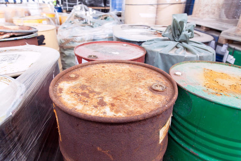 Παλαιά, σκουριασμένα βαρέλια με τα τοξικά χημικά απόβλητα στοκ φωτογραφία