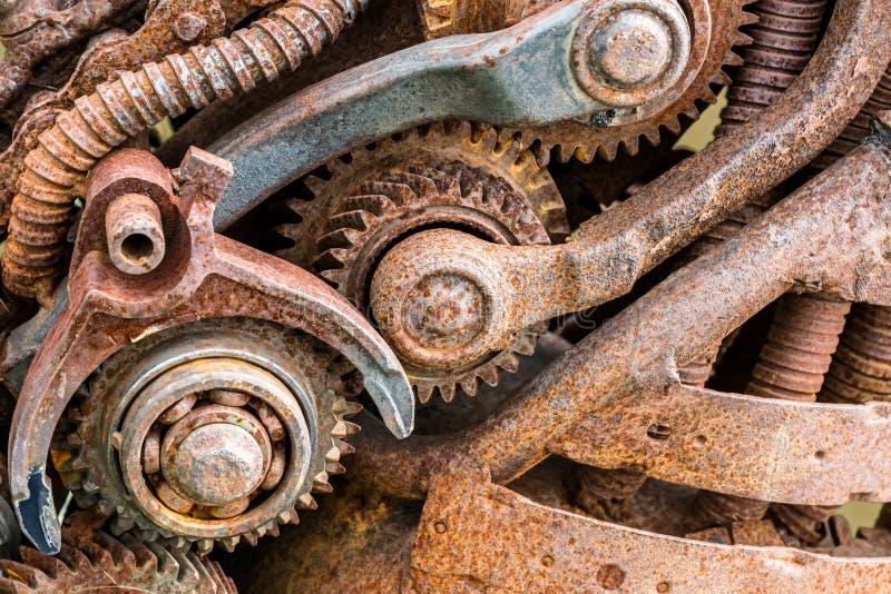 Παλαιά σκουριασμένα βιομηχανικά μηχανήματα με τις ρόδες εργαλείων στοκ εικόνες