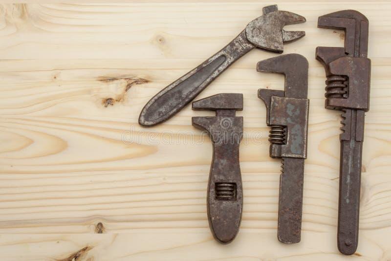 Παλαιά σκουριασμένα εργαλεία μηχανικών σε ένα ξύλινο υπόβαθρο Διαφήμιση για τα καινούργια εργαλεία Εργαλεία πωλήσεων στοκ εικόνα με δικαίωμα ελεύθερης χρήσης