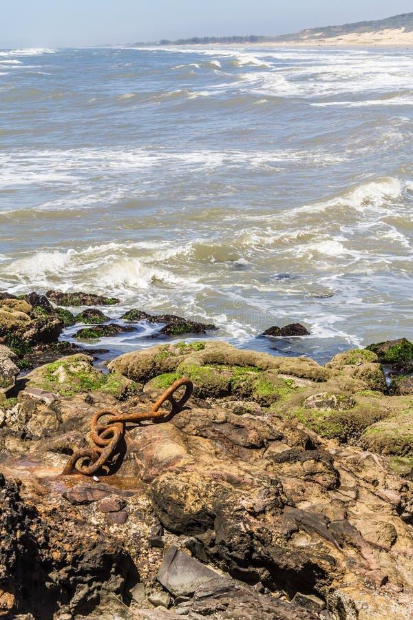 Παλαιά σκουριασμένη αλυσίδα στην παραλία Guarita σε Torres στοκ εικόνες με δικαίωμα ελεύθερης χρήσης