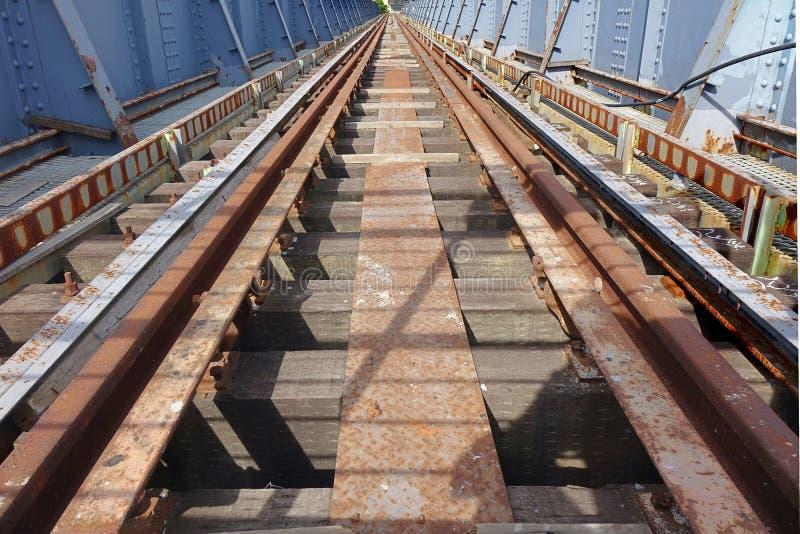 Παλαιά σκουριασμένη γέφυρα σιδηροδρόμων στοκ φωτογραφίες με δικαίωμα ελεύθερης χρήσης